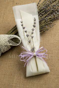 Μπομπονιέρα γάμου τούλινη με λιλά κορδέλα, κλαδάκια λεβάντας και περλίτσα. Lovely tulle wedding favor with levander, lilac and ivory ribbon decorated with a half pearl. #weddingfavors #μπομπονιέρεςγάμου #levanderwedding
