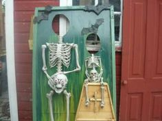 Halloween Skeleton Photo Props - 129 World`s Insanest Scary Halloween Haunted House Ideas Halloween Prop, Halloween Fotos, Halloween Carnival, Outdoor Halloween, Halloween Projects, Holidays Halloween, Happy Halloween, Halloween Decorations, Haunted Carnival