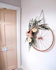 an old bike wheel!, Repurpose an old bike wheel!, Repurpose an old bike wheel! Here are two ways to create a DIY spring wreath. Artesanato com Reciclagem - 35 Formas de Usar Rodas de Bicicleta na Decoração Old Bicycle, Old Bikes, Bicycle Shop, Bicycle Art, Bicycle Design, Diy Wand, Diy Para A Casa, Diy Décoration, Sell Diy
