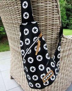 Sewing from softshell remnants - color mix - A pattern crossbag-pocket player 2 soft shell farbenmix-de - Diy Handbag, Diy Purse, Handmade Handbags, Handmade Bags, Fabric Crafts, Sewing Crafts, Diy Backpack, Diy Bags Purses, Denim Bag