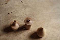 Vase Puchi via Goodmoods Kinfolk Style, Design Japonais, Style Deco, Wooden Vase, Dried Flowers, Architecture Design, Artisan, Place Card Holders, Stud Earrings