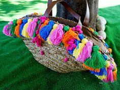 Front Low - Fashion blog: DIY: Capazo con pompones de colores