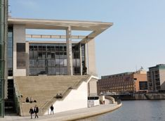 modernes Architekturgebäude am Fluss in Berlin Mansions, House Styles, Form, Home Decor, Profile, River, Modern Architecture, Farmhouse, Artworks