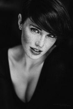 Idee/Inspiration für das Portrait einer Frau.  Frauenportrait - Fotoshooting - Shooting - Portraitfotografie - natürlich - authentisch - drinnen - indoor - schwarz-weiß  vanessasblickwinkel.de