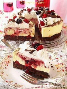 Cheesecake with Berries ~ No Cook Desserts, Sweets Recipes, Apple Recipes, Easy Desserts, Cake Recipes, Pie Dessert, Eat Dessert First, Strawberry Torte Recipe, Romanian Desserts