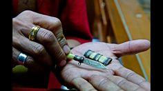 Em julho de 2012, cerca de meia tonelada de marfim, com valor de mais de US$ 700 mil, foi apreendida no aeroporto de Bangcoc. Acima, um oficial fiscaliza uma loja que vende joias e objetos de marfim no mercado de Tha Phrachan, Tailândia. Foto: © WWF-Canon /James Morgan