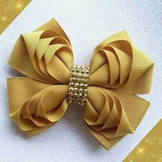 It is common to see decoration items, clothes and even cakes and other types of candy with bows and ornaments that resemble the piece. Gift Ribbon, Gift Bows, Ribbon Bows, Diy Hair Bows, Diy Bow, How To Make A Ribbon Bow, Holographic Fabric, Hobby Lobby Christmas, Christmas Signs