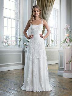 Trouwjurk van het merk Lillian West. Deze jurk is gemaakt van kant, tule en satijn. De top heeft kanten bandjes die kruisen op de rug en de rok loopt uit in een kleine sleep.