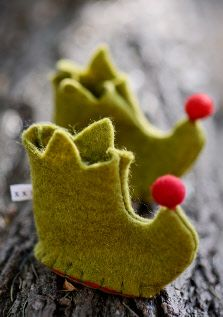 tiny elf boots cute make for baby gift at christmas from felt , or as decorations left under the tree for children to find and imagine the elf that left them behind Christmas Makes, Noel Christmas, Homemade Christmas, Christmas Morning, Christmas Projects, Felt Crafts, Holiday Crafts, Felt Projects, Felt Decorations