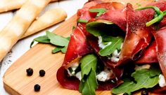 Thin slices of air-dried beef fillet, covered with cream cheese and arugula, then rolled up and sliced. Originating in the Alps, Italian «Bresaola Italian Meats, Italian Chef, Italian Recipes, Italian Street Food, Beef Fillet, Spring Rolls, Fett, Caprese Salad, Contouring