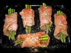 4 large skinless, boneless chicken breast slices Swiss or Mozzarella cheese Garlic powder Onion powder Paprika Italian seasoning Salt and black pepper 8 asparagus spears, trimmed. I Love Food, Good Food, Yummy Food, Turkey Recipes, Chicken Recipes, Chicken Ideas, Meat Recipes, Recipies, Comidas Fitness