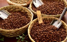 Grinding Coffee Beans Gives Chance to Have Fresh Coffee - CoffeeLoverGuide Types Of Coffee Beans, Buy Coffee Beans, Coffee Type, Coffee Shop, Coffee Coffee, Coffee Lovers, Cuban Coffee, Espresso Coffee, Coffee Tables