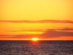 Tinte naranja | FotografiÁrt  Matalascañas. Varias exposiciones y al final me quedé con esta.  La luz adquiere ese tinte anaranjado por el efecto de los rayos del sol al atravesar una gruesa capa de atmósfera, todo se tiñe de naranja, las nubes y el cielo adquieren una misma gama de color. El Sol, con un tamaño considerable, escondido parcialmente detrás de la nube parece curvar el horizonte antes de pi... Ver más... http://www.fotografiart.eu/tinte-naranja-matalascanas/