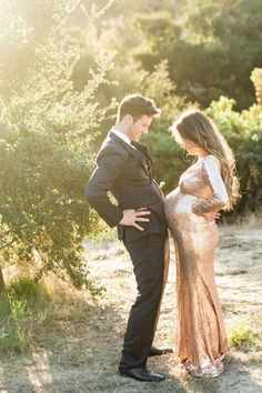 New Natural Maternity Photography Poses Ideas Inspiring You and Your Couple – Fashion Th… - Schwangerschaftsfotos Maternity Photography Outdoors, Romantic Photography, Couple Photography Poses, Pregnancy Photography, Couple Pregnancy Pictures, Maternity Pictures, Romantic Maternity Photos, Family Maternity Photos, Family Photos