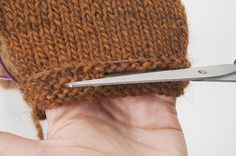 Tutorial: touching up the length of a knitted fabric, without unraveling - uncinetto Loom Knitting, Knitting Stitches, Knitting Patterns, Loom Patterns, Beautiful Crochet, Diy Crochet, Double Crochet, Knitting Projects, Knitted Fabric