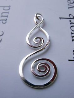 Silver Spiral Pendant – Sterling Silver Metalwork Artisan Design Whirlwind Pendant… Appropriately named, when worn so close to the heart! Approximate size of this sturdy [. Wire Jewelry Designs, Jewelry Crafts, Handmade Jewelry, Aluminum Wire Jewelry, Copper Jewelry, Bijoux Fil Aluminium, Wire Pendant, Wire Earrings, Silver Earrings