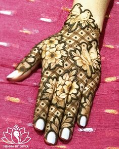 25 Easy And Beautiful Mehndi Designs For You To Shine The Brightest This Wedding Season Peacock Mehndi Designs, Latest Bridal Mehndi Designs, Mehndi Designs 2018, Modern Mehndi Designs, Mehndi Design Pictures, Mehndi Designs For Girls, Wedding Mehndi Designs, Beautiful Mehndi Design, Dulhan Mehndi Designs