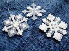 Ideen für Schneeflocken aus Bügelperlen