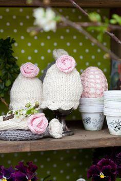En stickbeskrivning till de sötaste äggvärmarna med rosor på.
