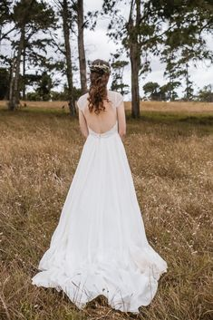3 Impressive Gown Pictures Woman Wearing Backless Wedding Gown Standing In The Middle Of Brown Grass Field Backless Wedding, Boho Wedding, Elegant Wedding, Summer Wedding, Wedding Gowns, Wedding Speeches, Field Wedding, Wedding Rustic, Wedding Ceremony