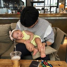 Trendy Baby And Daddy Asian Ideas Cute Asian Babies, Korean Babies, Asian Kids, Cute Babies, Father And Baby, Dad Baby, Baby Kids, Cute Family, Baby Family