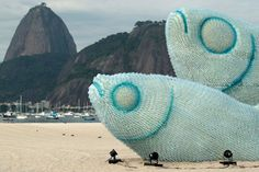 Esculturas feitas com garrafas plásticas em uma das praias do Rio de Janeiro