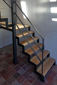 Do this elegant wooden railing for your dream home. Modern Stair Railing, Timber Staircase, Metal Stairs, Stair Handrail, Modern Stairs, Spiral Stairs Design, Home Stairs Design, House Design, Stairs In Living Room