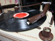 Antiguo tocadisco Wincofon modelo 2050. Valvular MONO.4 Veloc.: 16,33,45,78 RPMFuncionando OK. Con bafle auxiliar y mesita 1960s (incluidos)...149034020