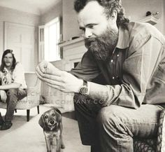 Garth Hudson feeding Bonzo the Dog in Cambridge, Massachsetts in (Photographer: John Scheele) Garth Hudson, Robbie Robertson, Soul Artists, Band Photos, Rock Legends, Bob Dylan, Rock Stars, Pop Music, Cool Cats