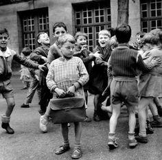 Timide à lunettes   Paris 1956  ¤ Robert Doisneau  8septembre 2015   Atelier Robert Doisneau