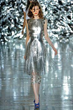 Giles Deacon Spring 2012 Ready-to-Wear Fashion Show - Ruby Jean Wilson London Fashion Weeks, Runway Fashion, High Fashion, Fashion Show, Fashion Design, Fashion Mag, Silver Shirt, Silver Dress, Metallic Dress