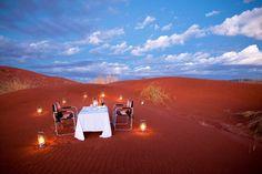 JANTAR NAS DUNAS: O &Beyond Sossusvlei Desert Lodge, na Namíbia, conta com opção de jantar do lado de fora, em plenas dunas de Sossusvlei (foto: &Beyond /Divulgação)