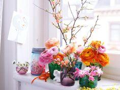 Blumen-Arragement vor dem Fenster