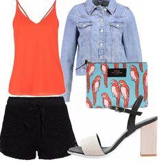 Look fresco e frizzante! Giacca di jeans e sandalo must have estate 2016, abbinati con una pochette creativa. Pantaloncini neri con ricamo e blusa morbida.