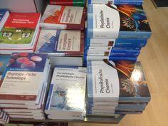 Lehrbuchstapel bei der Buchhandlung Rothacker in München.