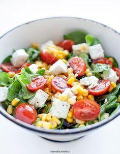 Sałatka z fetą, pomidorkami i kukurydzą
