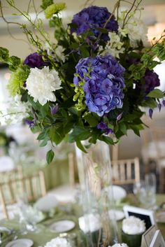 New wedding flowers hydrangea centerpiece green Ideas Hydrangea Arrangements, Beautiful Flower Arrangements, Floral Centerpieces, Wedding Centerpieces, Beautiful Flowers, Wedding Decorations, Wedding Ideas, Purple Centerpiece, Table Arrangements