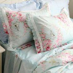 Bella ropa de cama shabby chic, fondo azul pastel detallada con rosas y encaje, bellloooooo