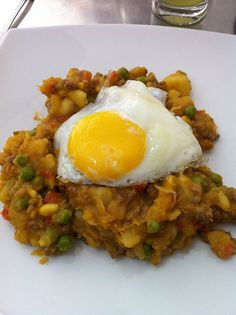 Looks kind of gross, but this Chilean dish (Charquicán con huevo frito) is delicious! Chilean Recipes, Chilean Food, International Recipes, Food For Thought, Food Inspiration, Food And Drink, Easy Meals, Yummy Food, Favorite Recipes