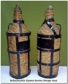 Παλιές παραδοσιακές νταμιτζάνες – μπουκάλες. Πλεγμένες με ψάθα και σίδερο, καθαρές και σε άριστη κατάσταση για την ηλικία τους. Αναπαλαιωμένες έτοιμες για στόλισμα ή για χρήση. Έχουν ύψος 45 πόντους, και διάμετρο βάσης 15 πόντους.