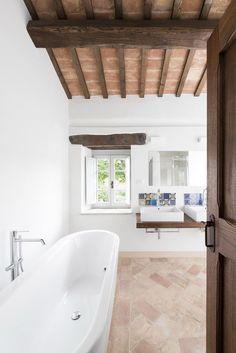 Il restauro conservativo di una villa in Toscana #mansarda #bathroom http://www.mansarda.it/mansarde/restauro-conservativo-villa-campagna/