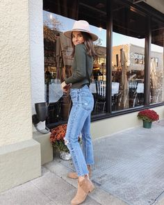 fedora hat, high waisted jeans and booties Trendy Outfits, Cute Outfits, Fashion Outfits, Fashion Trends, Beautiful Outfits, Denim Outfits, Fall Winter Outfits, Autumn Winter Fashion, Winter Style