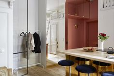 The first thing you see when looking at this quirky Stockholm apartment is the brass panelled kitchen in the middle of the space, which is a real eye catcher. The entrance to the apartment is painted in a pinkish color … Continue reading → Small Space Living, Tiny Living, Small Spaces, Decoracion Vintage Chic, Gold Kitchen, Compact Living, Quirky Home Decor, Functional Kitchen, Scandinavian Interior Design