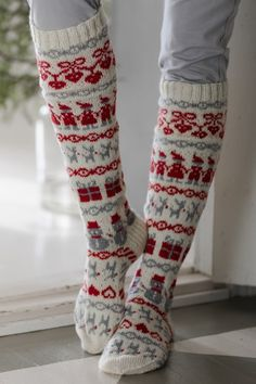 Knitted from Novita Venla and Baby Merino yarns, these playful long socks feature presents, snowmen, reindeer and other Christmas motifs. Knitted from Novita Venla and Baby Merino. Wool Socks, Knit Mittens, Knitting Socks, Hand Knitting, Knitting Patterns, Norwegian Christmas, Fair Isle Knitting, Christmas Knitting, Diy Christmas