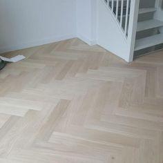 Bauwerk Quadrato in de Alaska white van Royl 👌🏻👌🏻 White Wooden Floor, Light Wooden Floor, Basement Flooring, Wooden Flooring, Light Colored Wood, Luxury Flooring, Floor Colors, Home Decor Styles, Modern Interior Design