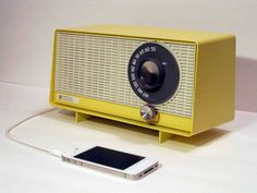 Artist and electrician Devin Ward of Los Angeles repurposes vintage radios to work with your mp3 player or smartphone. #repurpose Radio Vintage, Antique Radio, Vintage Clocks, Kitchen Radio, Ipod Speakers, Diy Speakers, Record Player, Mp3 Player, Retro Radios