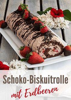 Leckere Schokoladen-Biskuitrolle gefüllt mit Schoko-Sahne und frischen Erdbeeren #rezept #biskuitrolle #schokolade #erdbeeren