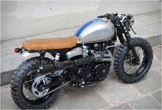 Triumph Cafe Tracker by Vintage Racers // that blue stripe...