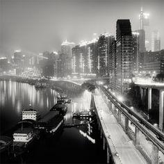 Una urbe ubicada en una zona escarpada, rodeada de bosques que habitualmente se encuentran rodeados de niebla.