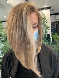 Bright champagne blonde colored long bob haircut Long Bob Blonde, Blonde Bobs, Bright Blonde, Blonde Color, Champagne Blonde, Long Bob Haircuts, Hair Cuts, Long Hair Styles, Photo And Video